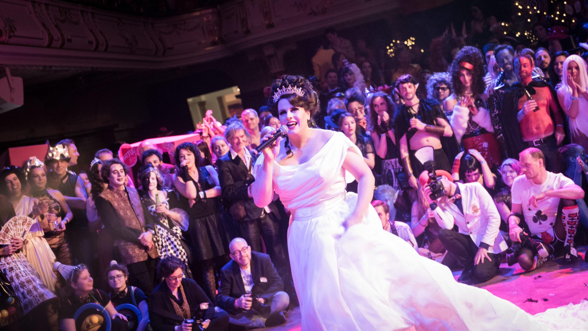 Miss Alexandra Desmond singt bei Eröffnung. Foto: Andy Joe