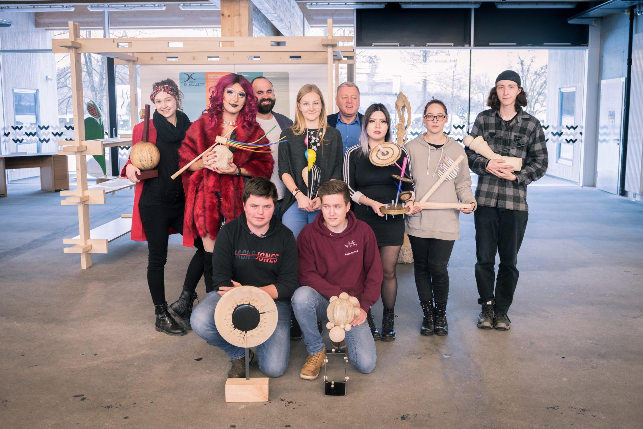 Die SchülerInnen der HTBLA Hallstatt mit ihren tollen Kreationen mit Tuntenball-Veranstalter Joe Niedermayer (3  v.l.) und Schuldirektor Christoph Preimesberger (Bildmitte).